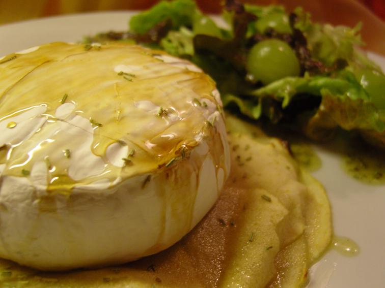Ofencamembert mit Honig und Rosmarin, dazu Batavia-Trauben-Salat