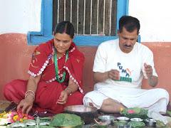 खाचिकोटमा- पापा शिव बहादुर र मम्मी खिमकला के.सी पूजा गर्दै