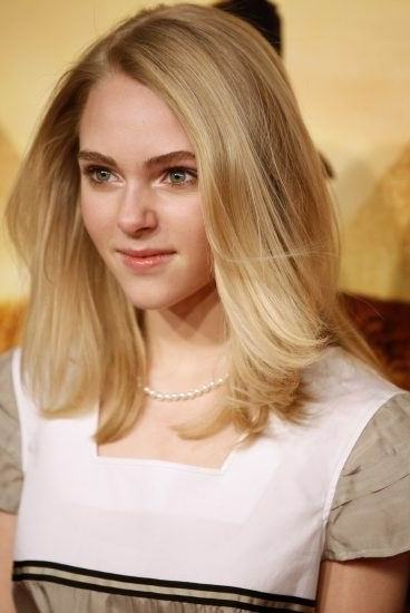 Anna Sophia Robb medium hairstyle shoulder length straight blonde hairstyle