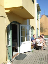 I suterrängen: härliga kafé sjösidan...