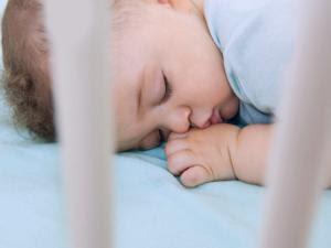Lampu Kamar Terang Saat Bayi Tidur Bisa Akibatkan Mata Minus