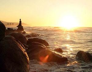 Um amanhecer de sonho, entre o mar e as rochas