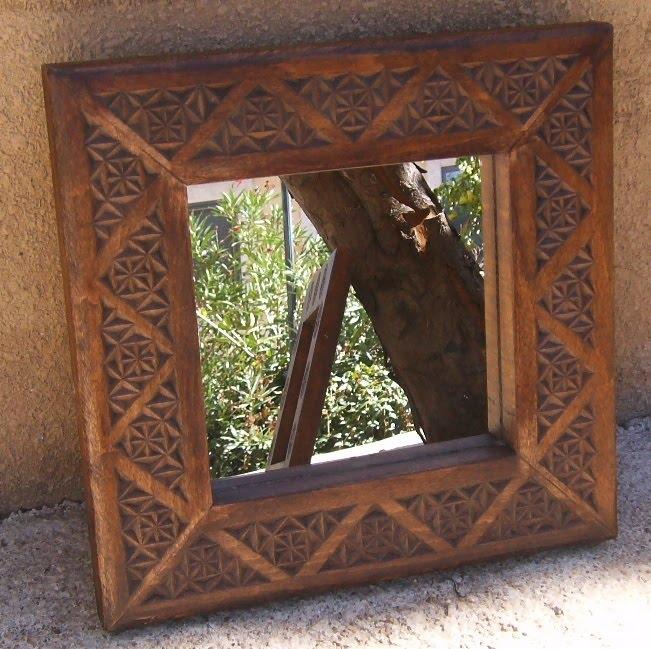 Espejos con marco de madera tallada for Disenos de espejos tallados en madera