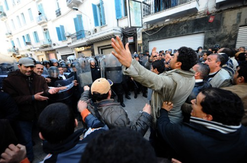 http://1.bp.blogspot.com/_xD7weYA_Ndw/TStfKVdOGoI/AAAAAAAAAh8/QJ5f_D6TnsM/s1600/Tunisia-protesters-Photo-AFP-500x330.jpg