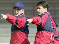 Aguirre con Cuco Ziganda en una sesion de entrenamiento. Entrenador de futbol en prácticas