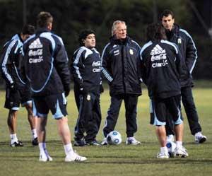 Maradona dirige una sesion de entrenamiento de un equipo profesional de futbol