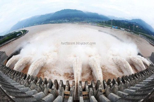 three gorges dam world s largest dam The three gorges dam is a hydroelectric gravity dam that spans the yangtze river by the town of sandouping, located in yiling district, yichang, hubei province, chinathe three gorges dam is.