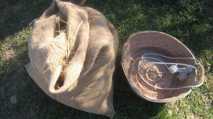 El sac de paia per seionar i senaia per sembrar. Només s'entén amb el parlar de la Plana de Vic.