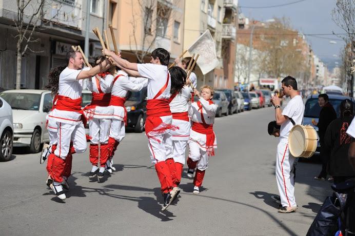 Bastoners de Malla  dansant en plena cercavila