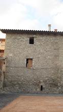 Antiga torre de vigilància amb dovelles i finestres d'espitllera