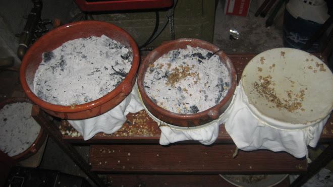 Cassoles caliu per fer essència de saüc