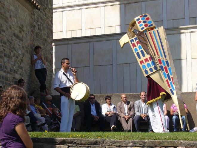 Falcó Horus dansant el seu ball de lluïment