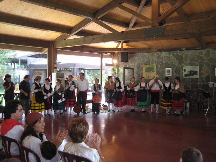 El grup Coros y Danzas de Becerril de la Sierra va actuar a El Prat Verd de Malla