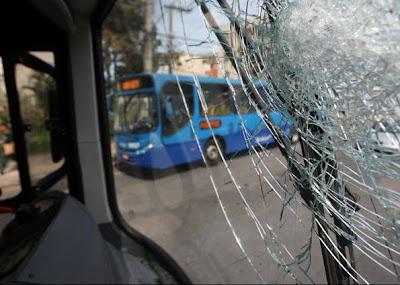 Ônibus depredado em decorrência da greve dos motoristas em BH - 22/02/2010