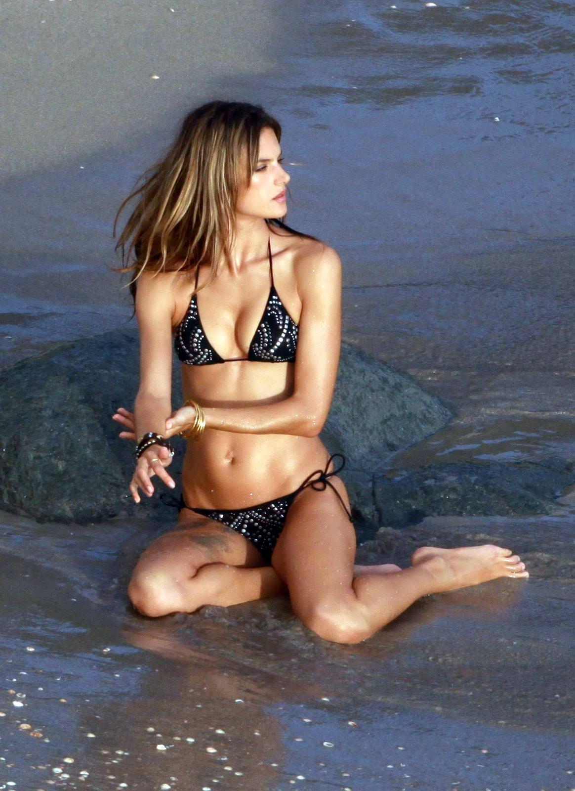 [Alessandra_Ambrosio_Bikini_09110056.jpg]