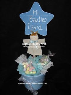 centro de mesa para bautizo aos nia con mini bombones de colores surtidos bolsitas