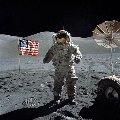 американский флаг на луне