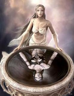 bella elfa mirando su reflejo en agua