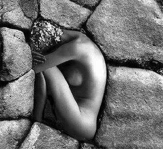 mujer empotrada en la soledad