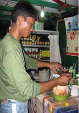 Ramdani sedang menyiapkan Ramuan Kelapa Ijo Bakar