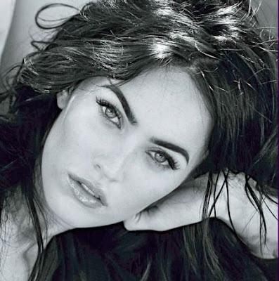 foto de megan fox en blanco y negro, hermosa con cabellos al viento