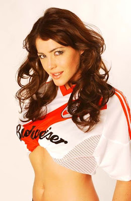 pamela david con la camiseta de river