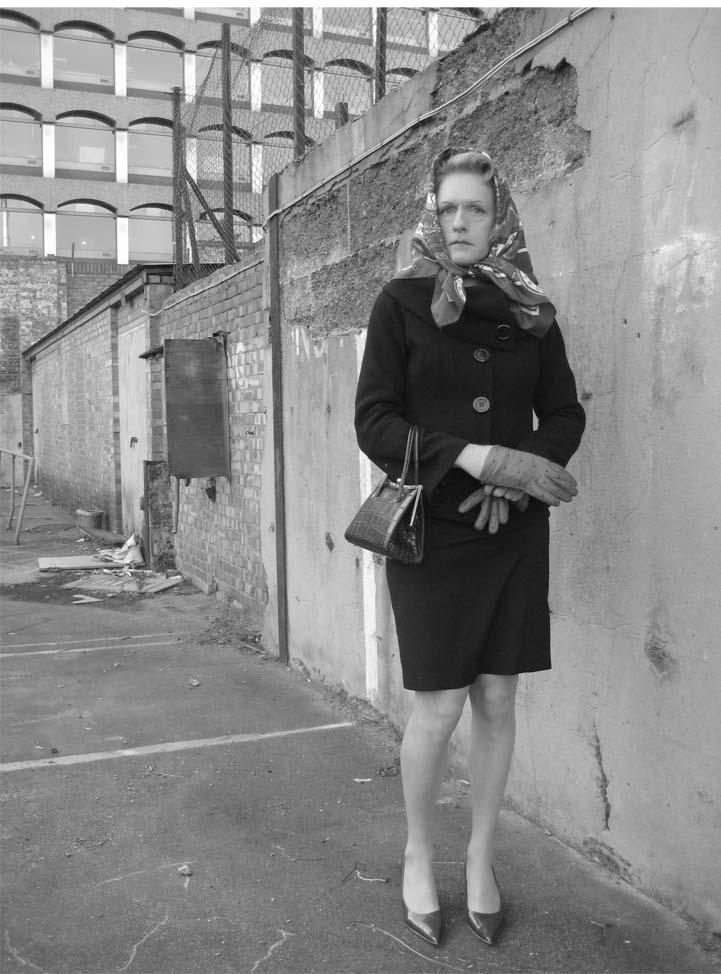 Femme au portrait - 5 9