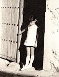 Raquel en la portalera