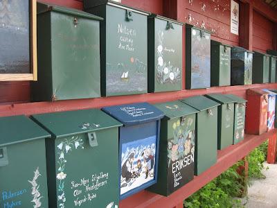 Individualität zählt: Briefkasten einer Trollfamilie