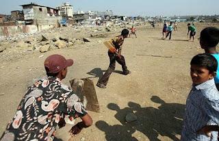 क्रिकेट खेलते बच्चे