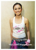 agnes monica, artis seksi indonesia, roknya hampir nyingkap, pahanya kelihatan, mulus ya?