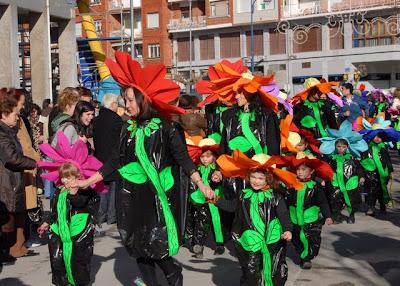 Otra idea para el socorrido disfraz escolar de flor.