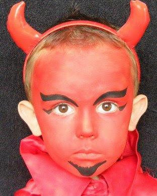 de demonio puedes improvisar un disfraz si ademas te vistes de negro o