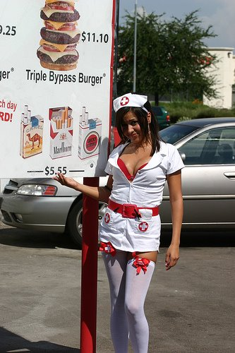 Pelayan Seksi Heart Attack Grill