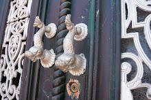 Vackra antika dörrhandtag finner man i Portugal...