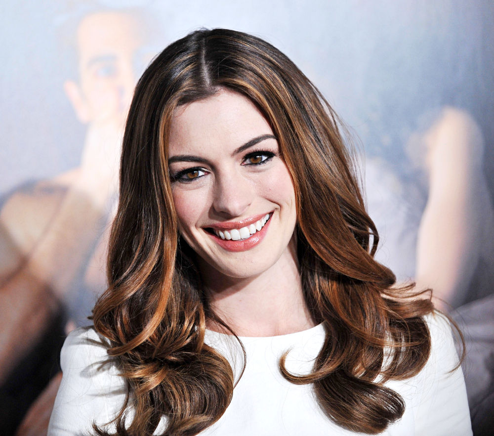 Anne Hathaway To Sing And Play Kurt's Lesbian Aunt On