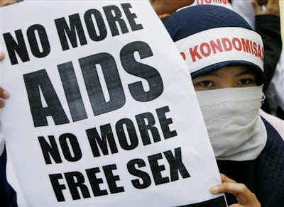 http://1.bp.blogspot.com/_y4U_cekRWhY/S03V69fSlXI/AAAAAAAAAEQ/JagQaAOFO3U/s400/NO+MORE+AIDS+AND+FREE+SEX.jpg