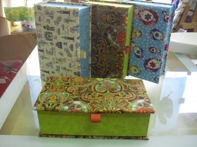 Caixas feitas em cartonagem e forradas a tecido
