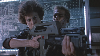 Hicks shows Ripley how to use a pulse rifle in Aliens