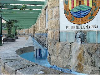 Polop con el escudo de la fuente