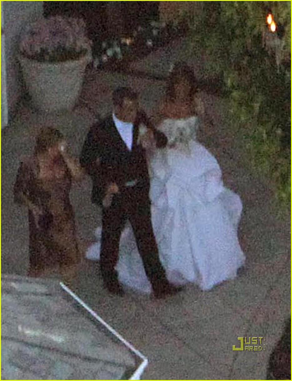 http://1.bp.blogspot.com/_yGW9T1_gaME/TF5vRsXSYqI/AAAAAAAANK4/lQ-PqDbjHd0/s1600/robbie-williams-wedding-photos-00.jpg