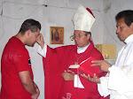 Monseñor ++Victor Celebrando el Sacramento de la Confirmación.