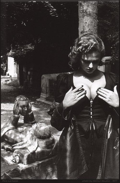 Cementerio con dama- Helmut Newton