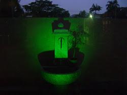 Fonte no jardim á noite