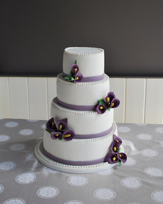 This was a 4tier cake based off a Martha Stewart vintage daisy design