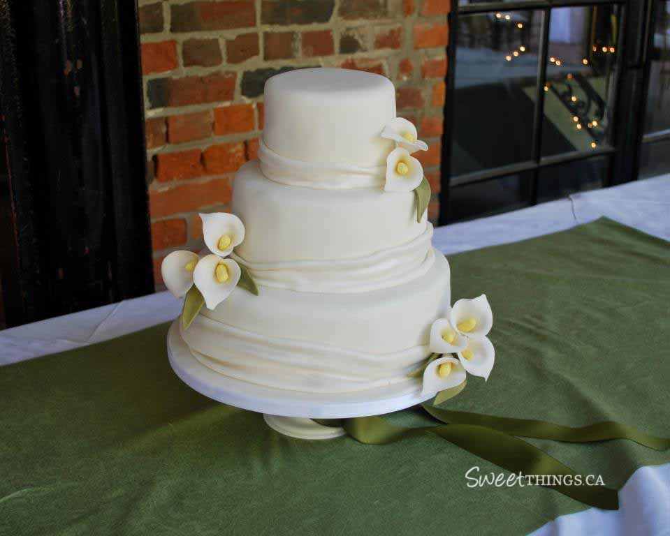 Here 39s the wedding cake I made the other week with sugarpaste calla lilies