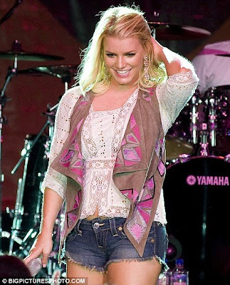 hot Jessica Simpson Shows off Her Sexy Legs in Daisy Dukes