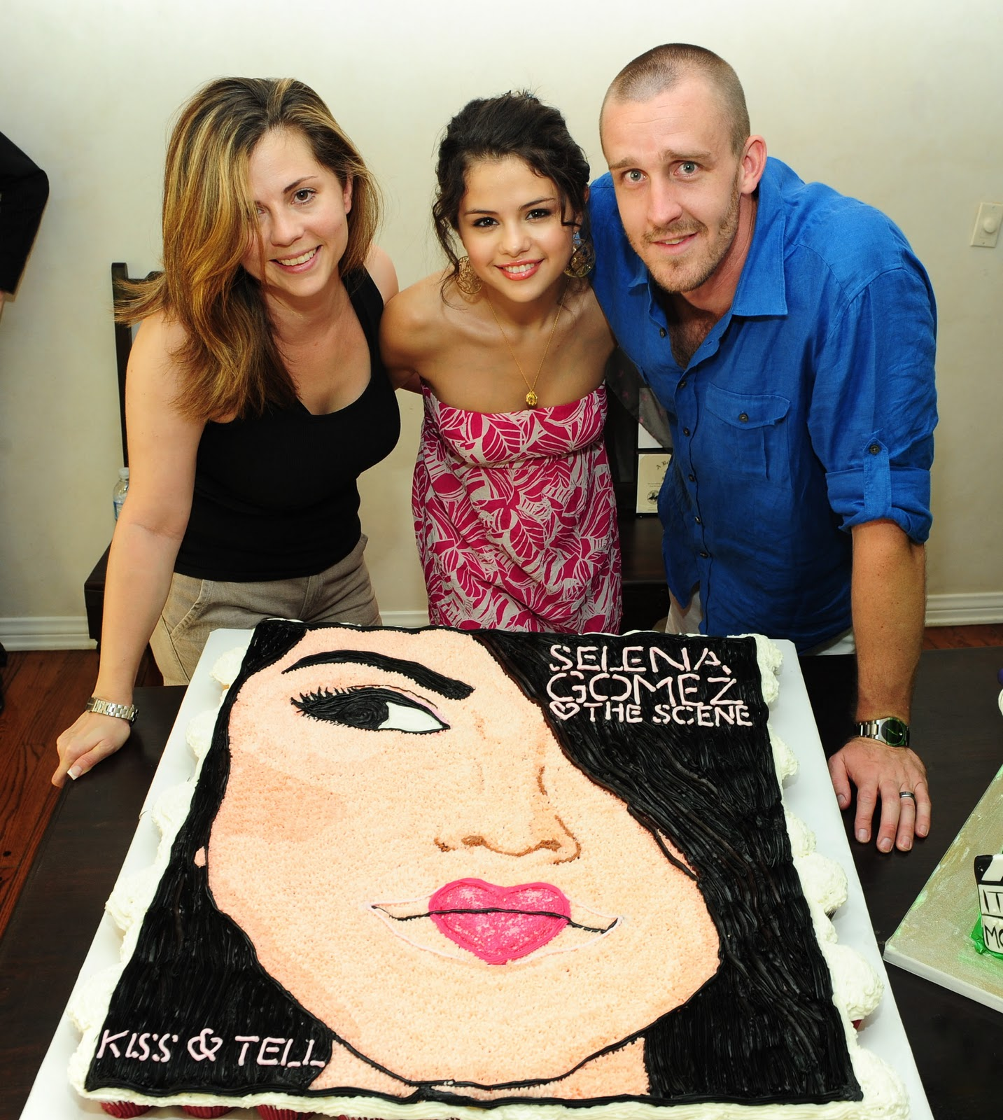 http://1.bp.blogspot.com/_yZ_80Tku9aI/TUXzsy-G4PI/AAAAAAAAACw/sA5bh4yF3w8/s1600/91940-selena-gomez-celebrates-her-18th-birthday-at.jpg