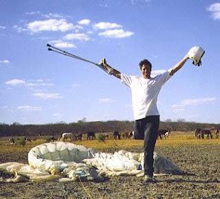 Foto de Ranimiro correndo em um campo após saltar de paraquedas