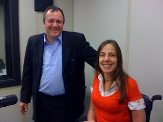 Foto de Mara e Drº Ricardo Bento no estúdio da Rádio Eldorado